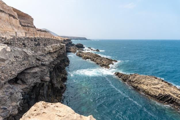 Blick auf den weg zu den höhlen von ajuy, pajara, westküste der insel fuerteventura, kanarische inseln. spanien