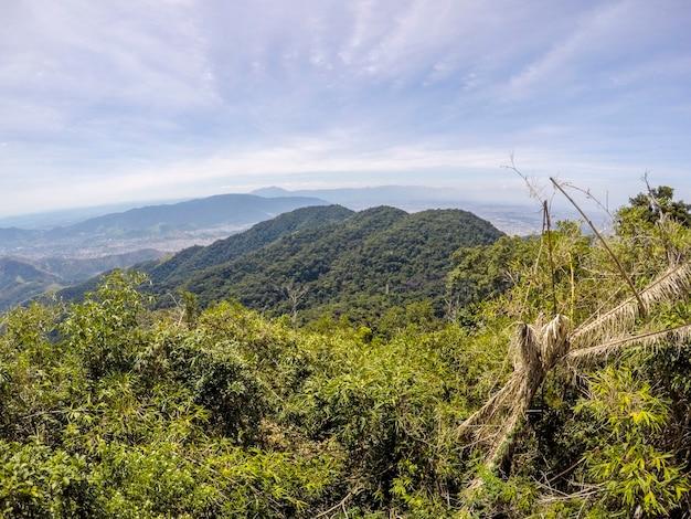 Blick auf den weg zwischen den stadtteilen jacarepaguá und campo grande in rio de janeiro