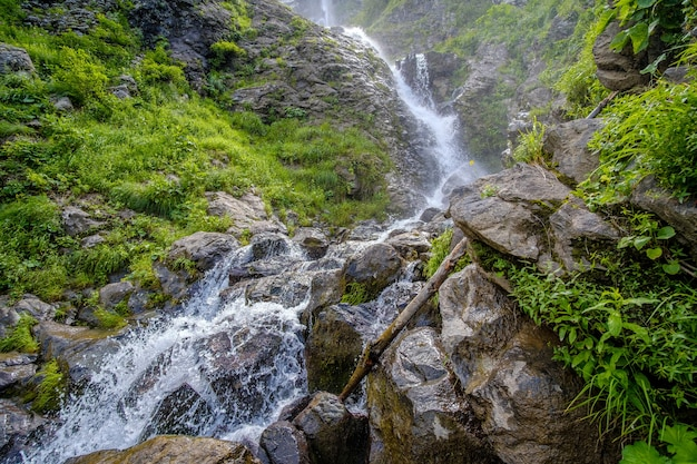 Blick auf den wilden wasserfall des gebirgsflusses im kaukasus