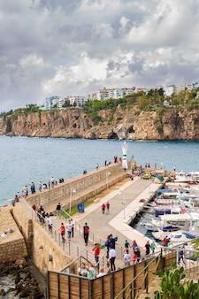 Blick auf den yachthafen in antalya