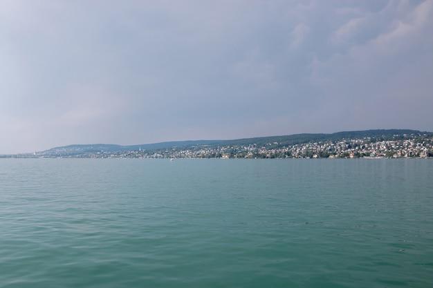 Blick auf den zürichsee und bergszenen, zürich, schweiz, europa. sonnenscheinwetter, dramatischer stimmungsvoller blauer himmel. bunter sommertag, abendzeit