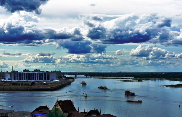 Blick auf den zusammenfluss der flüsse oka und wolga. nischni nowgorod