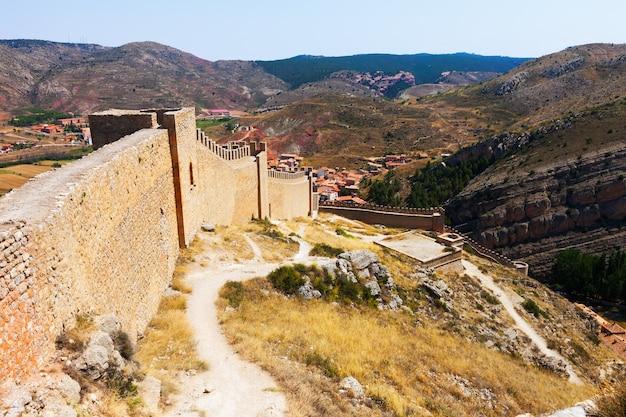 Blick auf die alte stadtmauer in albarracin