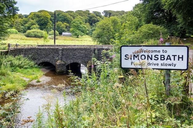 Blick auf die alte steinbrücke bei simonsbath