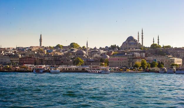 Blick auf die altstadt und die schöne moschee in istanbul