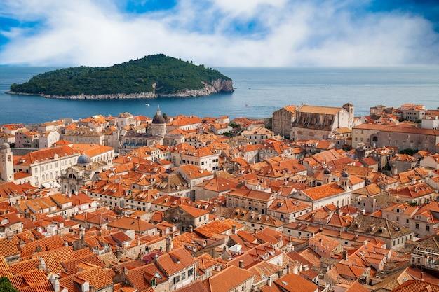 Blick auf die altstadt von dubrovnik und die insel lokrum in einiger entfernung, kroatien