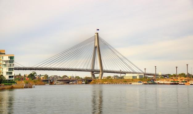 Blick auf die anzac bridge in sydney