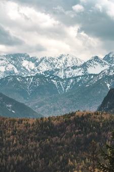 Blick auf die bayerischen alpen. die bergkette heißt