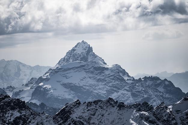Blick auf die berge, umgeben von wolken.
