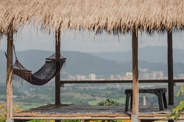 Blick auf die berge und laos bei ban doi sa ngo, chiang saen, chiang rai, thailand. dazu gehört ein blick auf das goldene dreieck, das thailand, laos und myanmar umfasst.