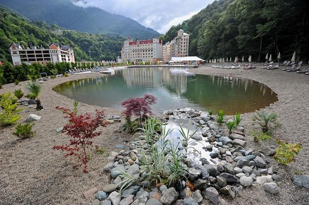 Blick auf die berge und moderne hotels im resort von rosa khutor (sotschi)