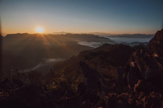 Blick auf die berge und morgennebel