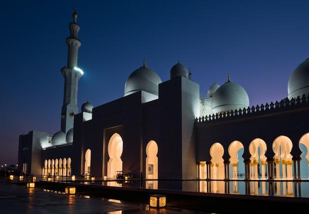 Blick auf die berühmte sheikh zayed white moschee in abu dhabi, vereinigte arabische emirate bei nacht