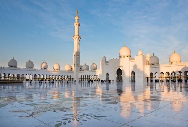 Blick auf die berühmte sheikh zayed white moschee in abu dhabi, vereinigte arabische emirate?