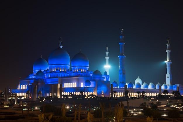 Blick auf die berühmte sheikh zayed white mosque in abu dhabi
