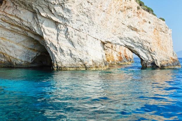 Blick auf die blauen höhlen vom boot (zakynthos, griechenland, cape skinari)