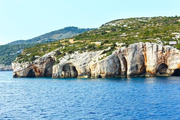 Blick auf die blauen höhlen von der fähre (zakynthos, griechenland, cape skinari)