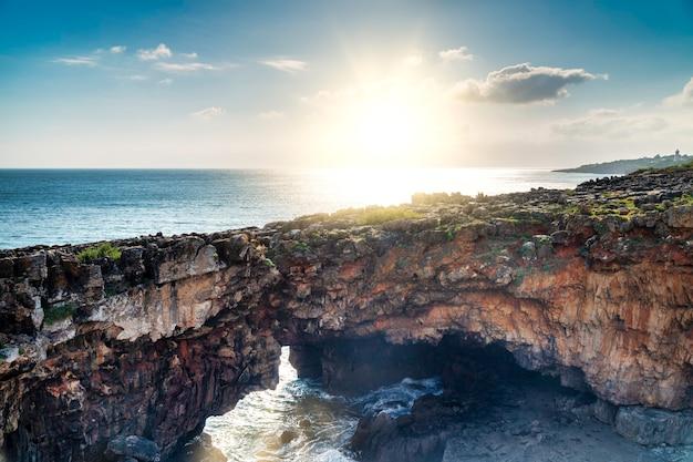 Blick auf die boca do inferno (mund der hölle auf englisch) bei sonnenuntergang in cascais, portugal