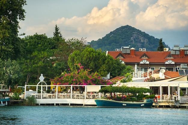 Blick auf die böschung mit booten und den kanal in dalyan.turkey