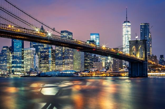 Blick auf die brooklyn bridge bei nacht