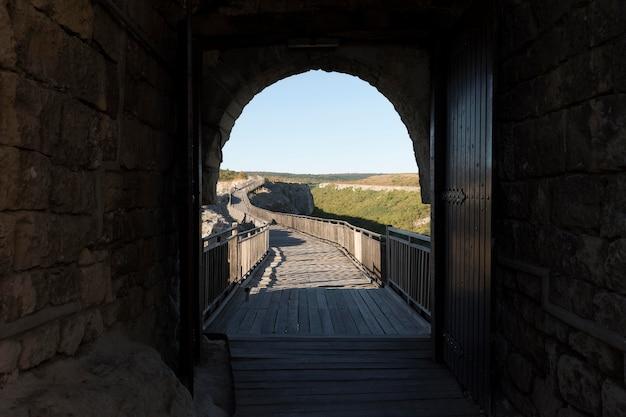 Blick auf die brücke aus dem tunnel