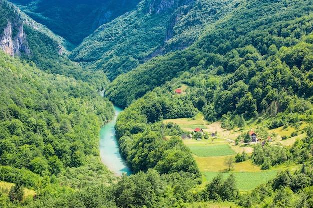 Blick auf die brücke durdevica im nationalpark durmitor, montenegro