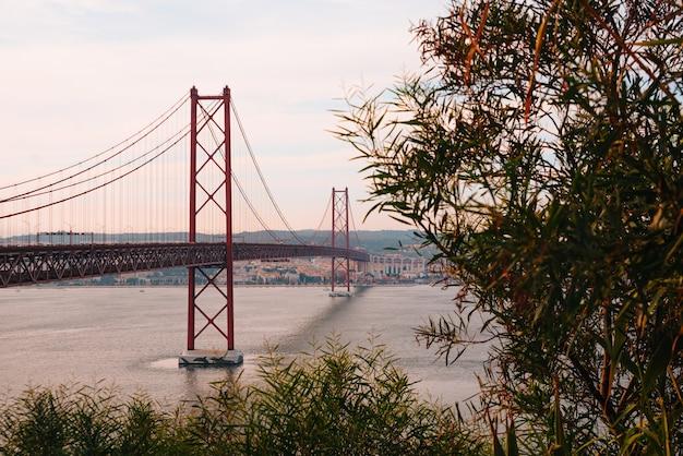 Blick auf die brücke vom 1. april in lissabon, portugal