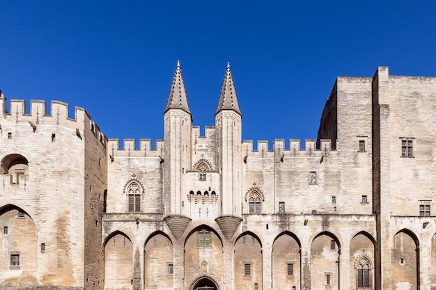 Blick auf die burgfassade des papstpalastes in der stadt avignon