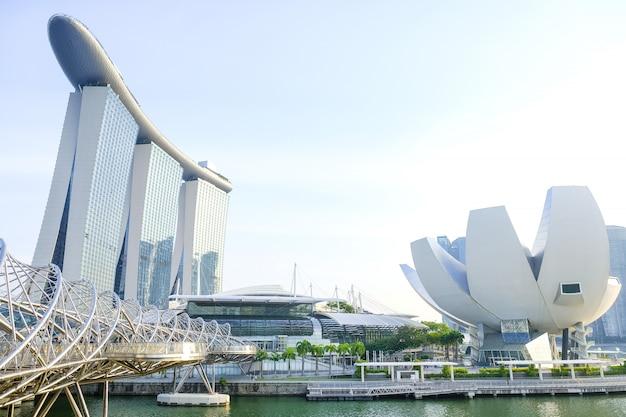 Blick auf die central bay von singapur und die wolkenkratzer bei sonnenuntergang