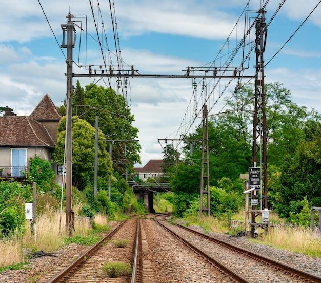 Blick auf die eisenbahn in der französischen landschaft