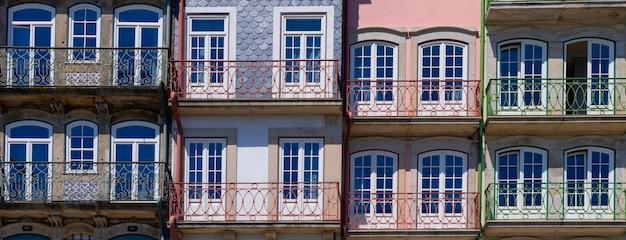 Blick auf die farbenfrohe traditionelle fassade in porto, portugal