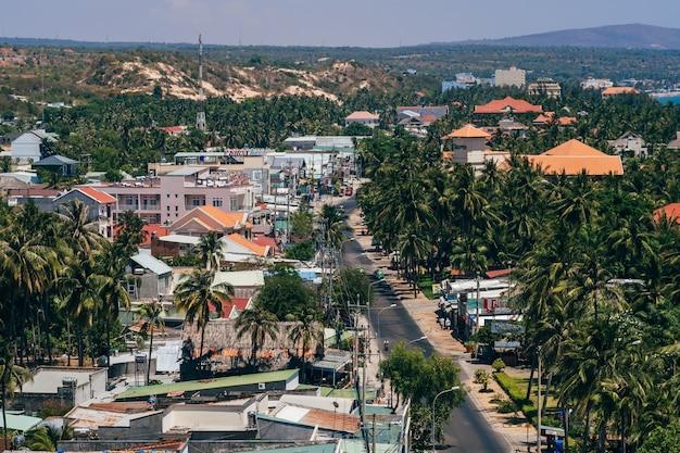 Blick auf die ferienregion in mui ne in vietnam vom dach des hotels