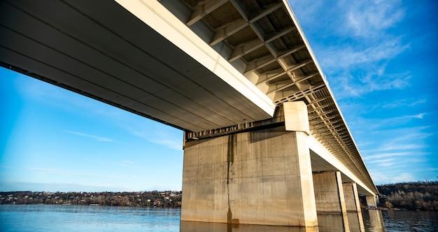 Blick auf die freiheitsbrücke in novi sad