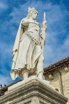 Blick auf die freiheitsstatue vor dem öffentlichen palast in san marino