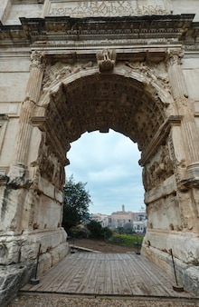 Blick auf die gebäude roms durch den triumphbogen des titus