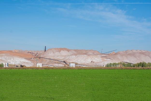 Blick auf die gewinnung von kalidüngemitteln, mineralien. berge von leerem erz beim abbau von kalium.