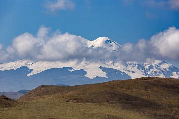 Blick auf die gipfel des mount elbrus mit wolken am himmel.