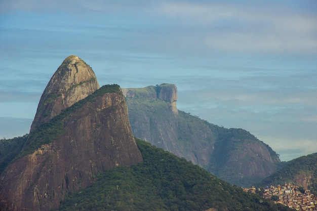 Blick auf die gipfel von two brother hill (morro dois irmaos) und gavea stone in rio de janeiro