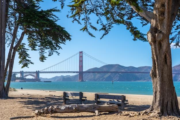 Blick auf die golden gate bridge vom strand aus