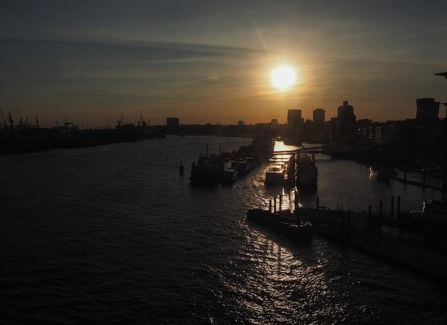 Blick auf die hamburger city bei sonnenuntergang