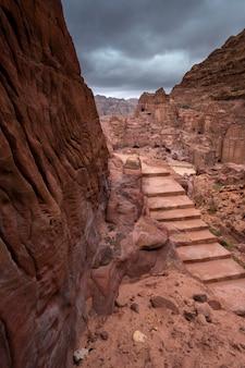 Blick auf die hauptstraße in der straße der fassaden zwischen sandigen bergen in der wüste bei stürmischem wetter