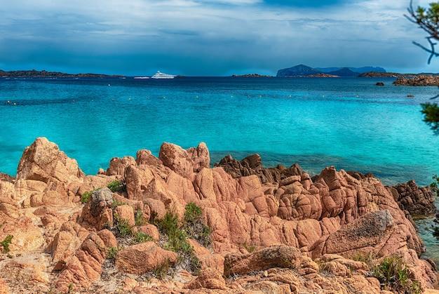 Blick auf die ikonische spiaggia del principe, einen der schönsten strände der costa smeralda, sardinien, italien