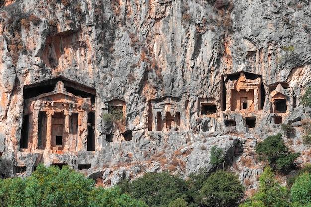 Blick auf die in den felsen gehauenen gräber aus der zeit des alten bundesstaates lykien. gräber der könige in kaunos türkei