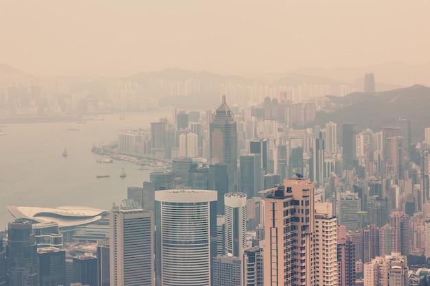 Blick auf die innenstadt von hong kong vom victoria peak. gefilterte aufnahme