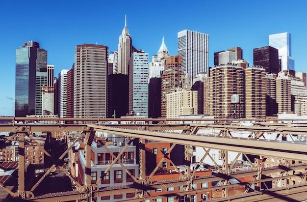 Blick auf die innenstadt von manhattan von der brooklyn bridge