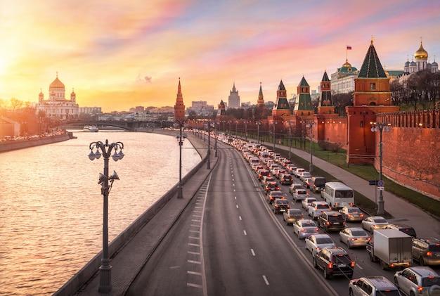 Blick auf die kathedrale christi des erlösers, den moskauer fluss, die brücke und die türme des moskauer kremls unter einem wunderschönen sonnenuntergangshimmel
