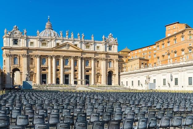 Blick auf die kathedrale st. peter der vatikanstadt auf dem platz oder der piazza san pietro in rom