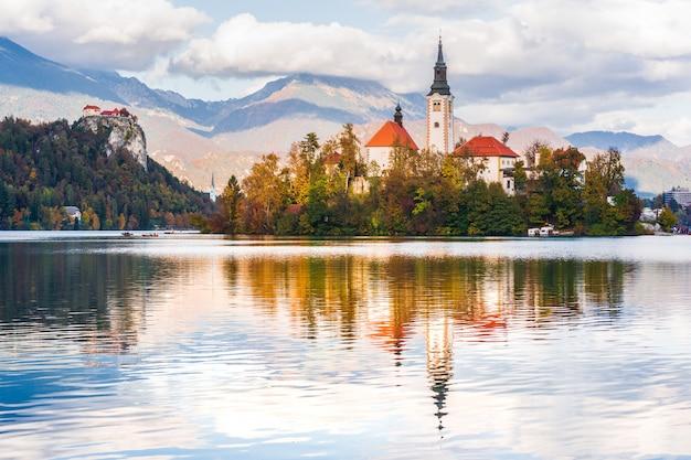 Blick auf die kirche am bleder see und die burg von bled, slowenien