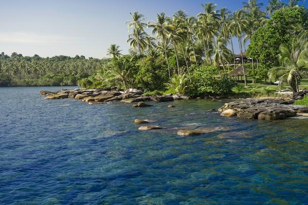 Blick auf die küste. erstaunliche aussicht auf den strand der paradise island