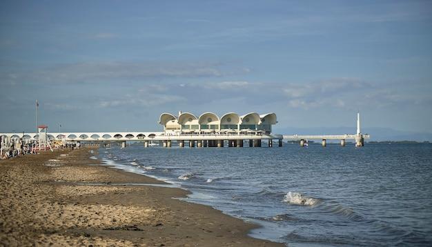 Blick auf die küste und den strand von lignano sabbia d'oro in italien an einem frühlingstag.